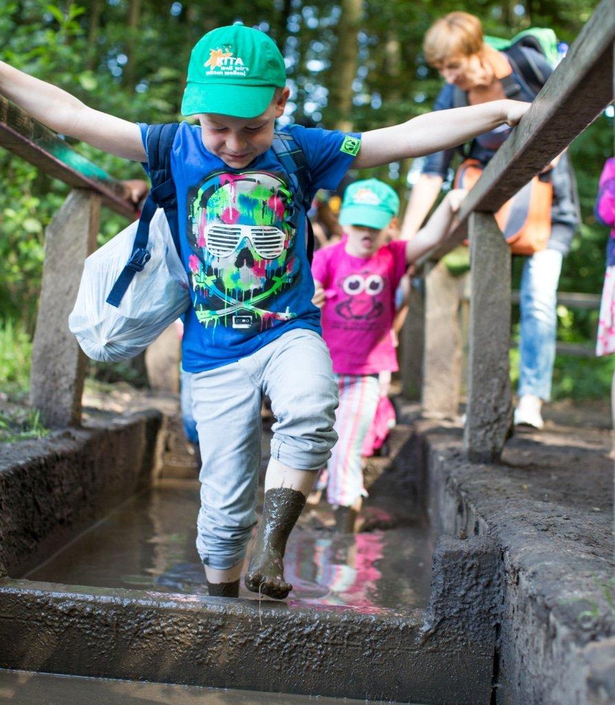 Kinder pantschen durch den Matsch. © Barfusspark, Karsten Eichhorn