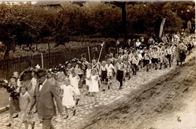 Kinderschützenumzug vor 1910 in Winsen (Aller) Schwarzweißfoto