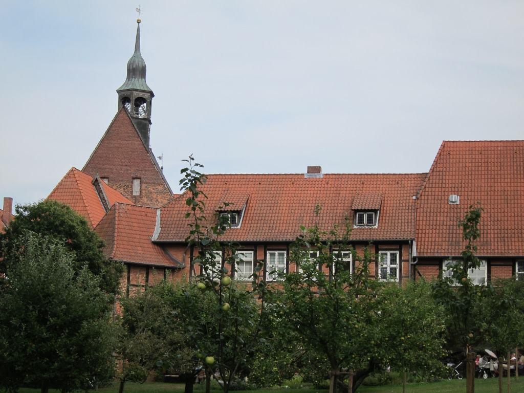 Backsteingebäude und rote Ziegeldächer - Blick auf Kloster Lüne und die Klosterkirche