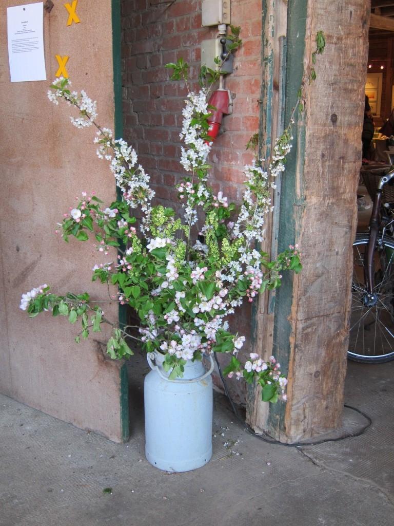 Blumenstrauß mit blühenden Obstbaumzweigen in der Scheunenausstellung in Küsten