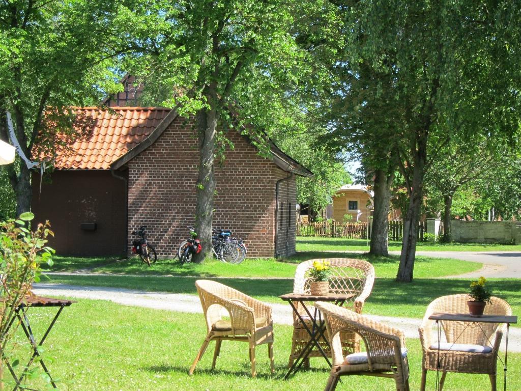 Nach dem Besuch der Ausstellung in Beesem 8 draußen sitzen und Stille und Frieden auf dem Dorfplatz genießen.
