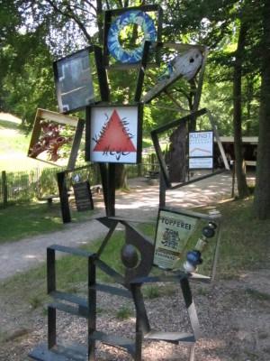 Hinweisschild KunstWerkWege Egestorf im Barfußpark Egestorf