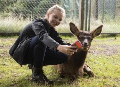 Lina Larissa Strahl schießt im Serengeti Park Hodenhagen ein Selfie ihrem Patenkind Bella