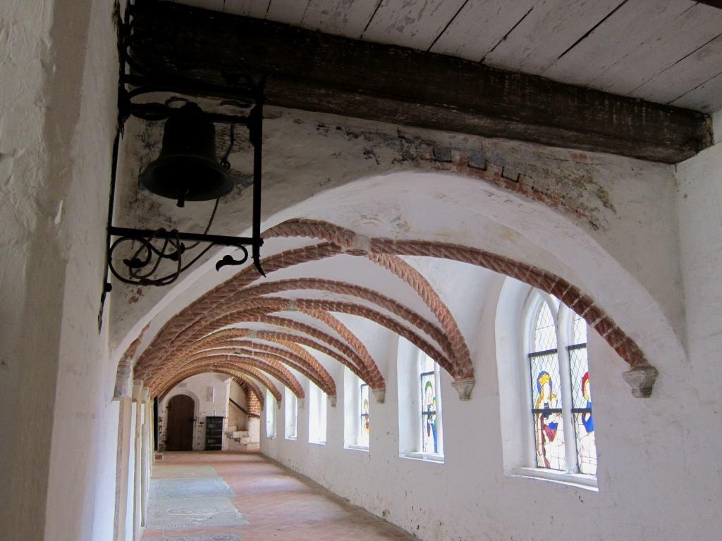 Grabplatten, Buntglasfenster, Wandmalereien und das Taustabrippengewölbe schmücken den Kreuzgang in Kloster Lüne