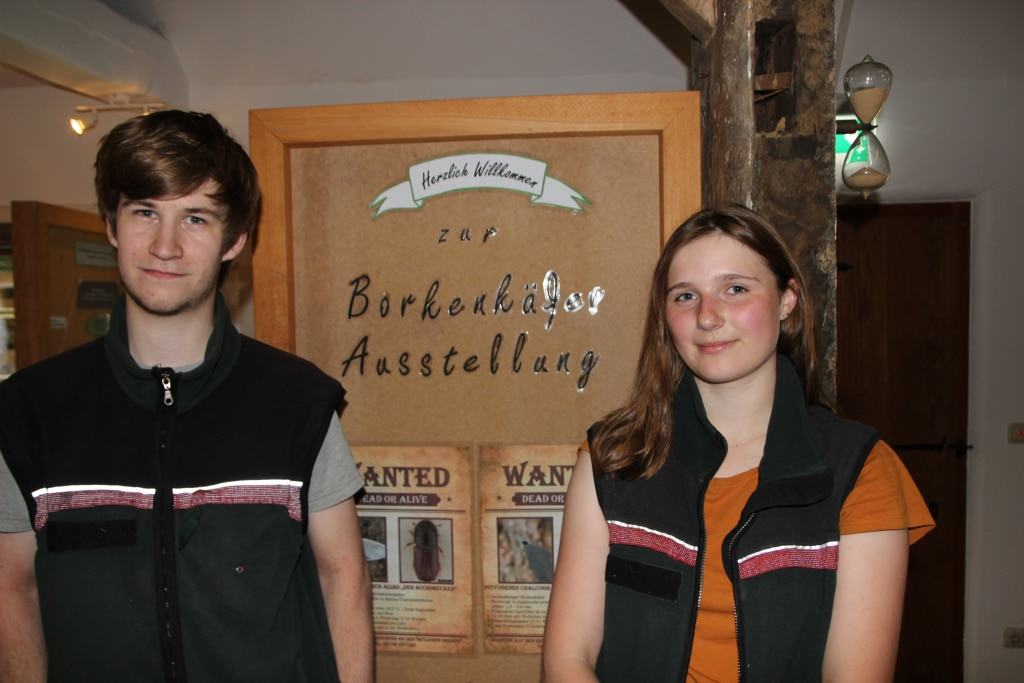 Marius Thybusch und Charlotte Schulz vor einer Schautafel ihrer Ausstellung. (Foto: Niedersächsische Landesforsten)