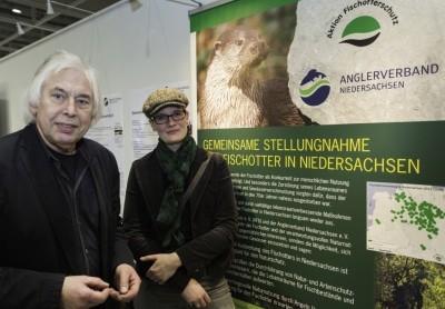 Werner Klasing, Präsident Anglerverband Niedersachsen e. V. und Dr. Britta Habbe, stellv. Vorstandsvorsitzende Aktion Fischotterschutz e. V. präsentieren ihre gemeinsame Stellungnahme auf der Messe Pferd & Jagd in Hannover.