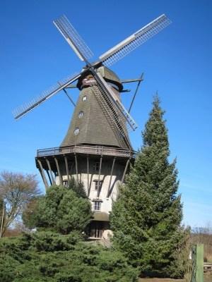 Nachbau der Deutschen Galerie-Holländermühle neben Schloss Sanssouci in Potsdam