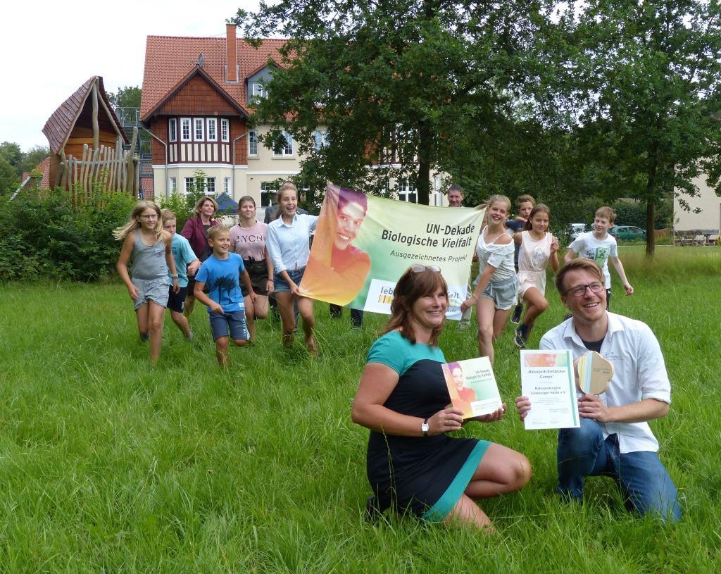 Stolz nehmen Simon Hagmann (Naturpark Lüneburger Heide) und Susanne Eich (NaturCampus Bockum) die Auszeichnung entgegen.   © Naturparkregion Lüneburger Heide e.V.