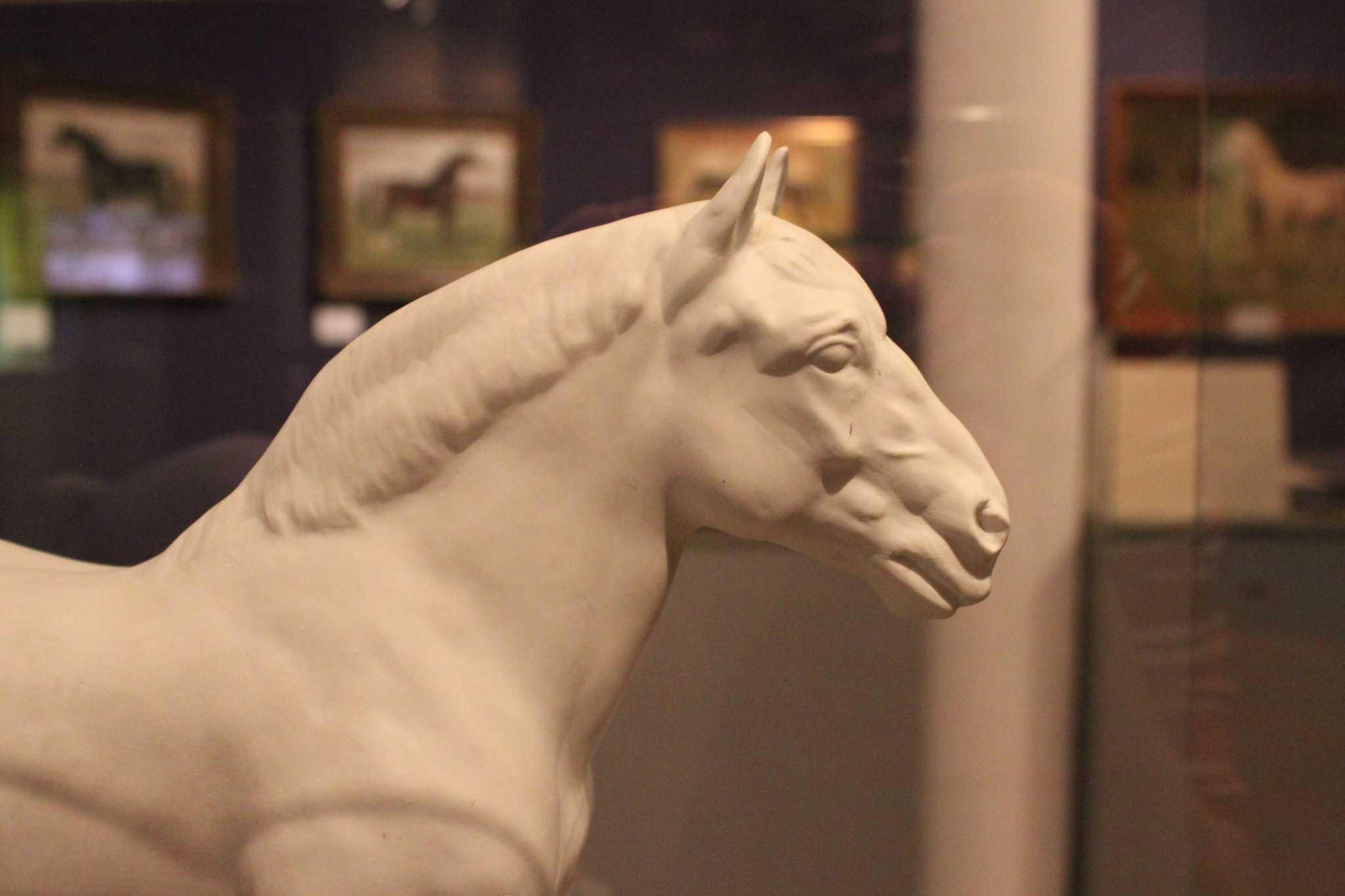 Skulptur des Kaltbluthengsts Gauherr von A. H. Hussmann Foto © Deutsches Pferdemuseum