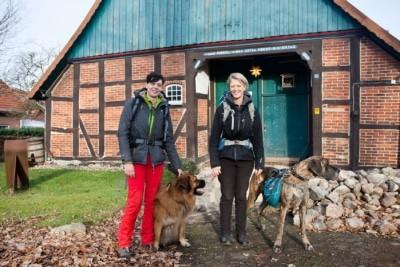 Pilgern mit Hund auf der Via Romea im Landkreis Celle, Diana Tiedtke (rechts) und Sonja Grabow (links), Foto: Jens Christian Schulze