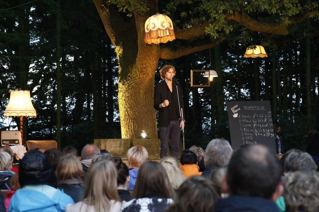 Poetry im Park-Moderator Hauke Prigge. Foto: LandPark Lauenbrück