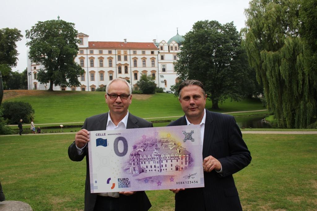 Bei Touristen und Sammlern gleichermaßen beliebt – Matthias Hinrichsen und Klaus Lohmann präsentieren eine XXL Version des Null-Euro-Scheins für Celle (Copyright: CTM | Fotograf: Marcus Feuerstein)