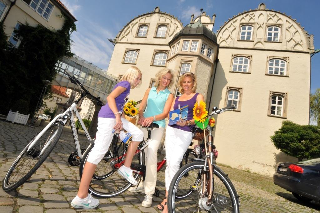 Radfahrer vor Schloss Gifhorn Bildquelle: Südheide Gifhorn