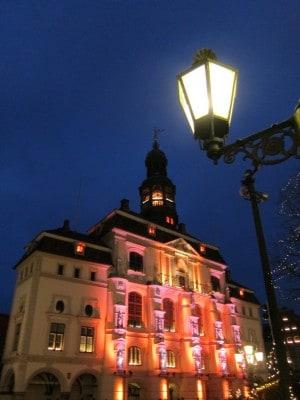 Während der Vorweihnachtszeit wird die Fassade des Lüneburger Rathauses bunt angestrahlt.