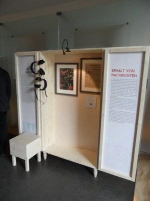 """Ansicht einer der neun """"Ausstellungsschränke"""" in denen die verschiedenen Themen präsentiert werden"""
