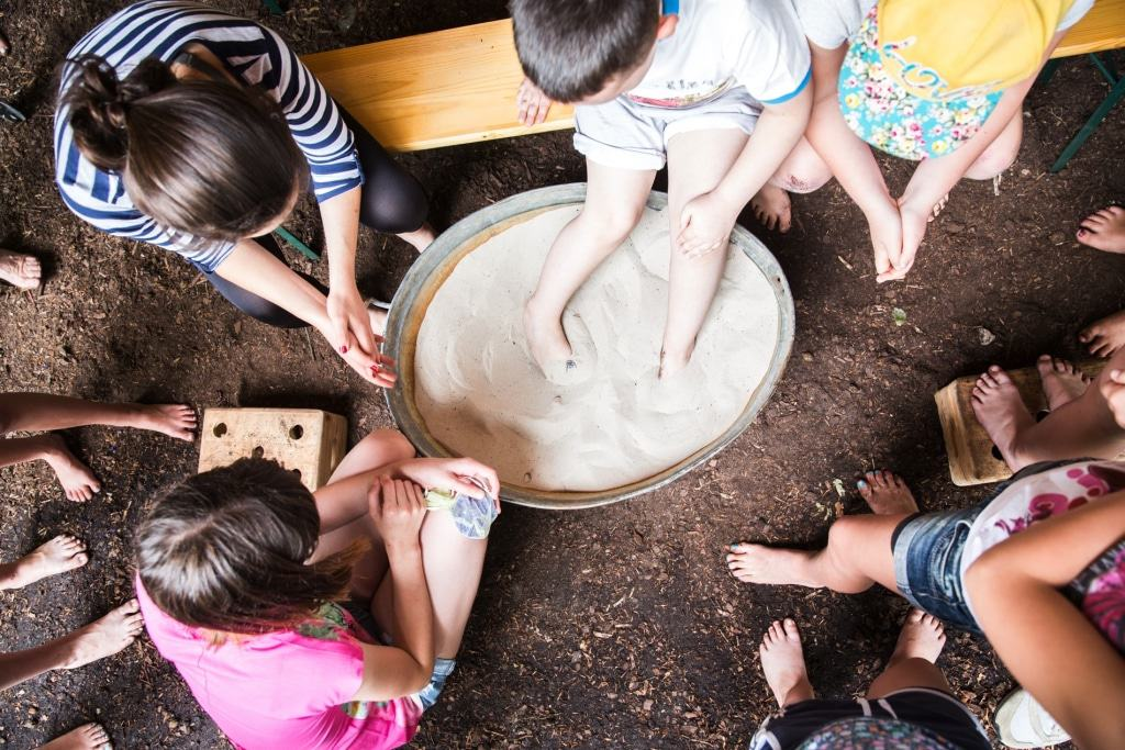 Wer bei der Fußschatzsuche den Schatz im Sand ertastet, bekommt einen kleinen Preis.  Foto: Karsten Eichhorn, Barfußpark