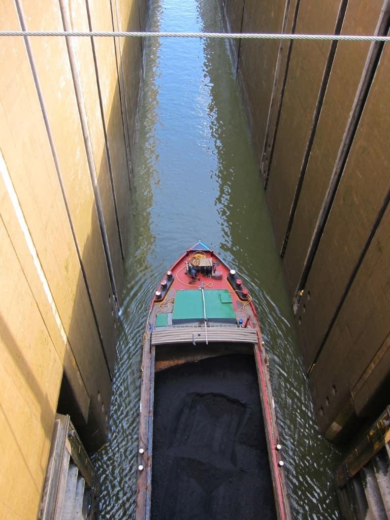 Ein Binnenschiff beladen mit Schüttgut fährt in die Schleuse Uelzen II zur Bergschleusung.