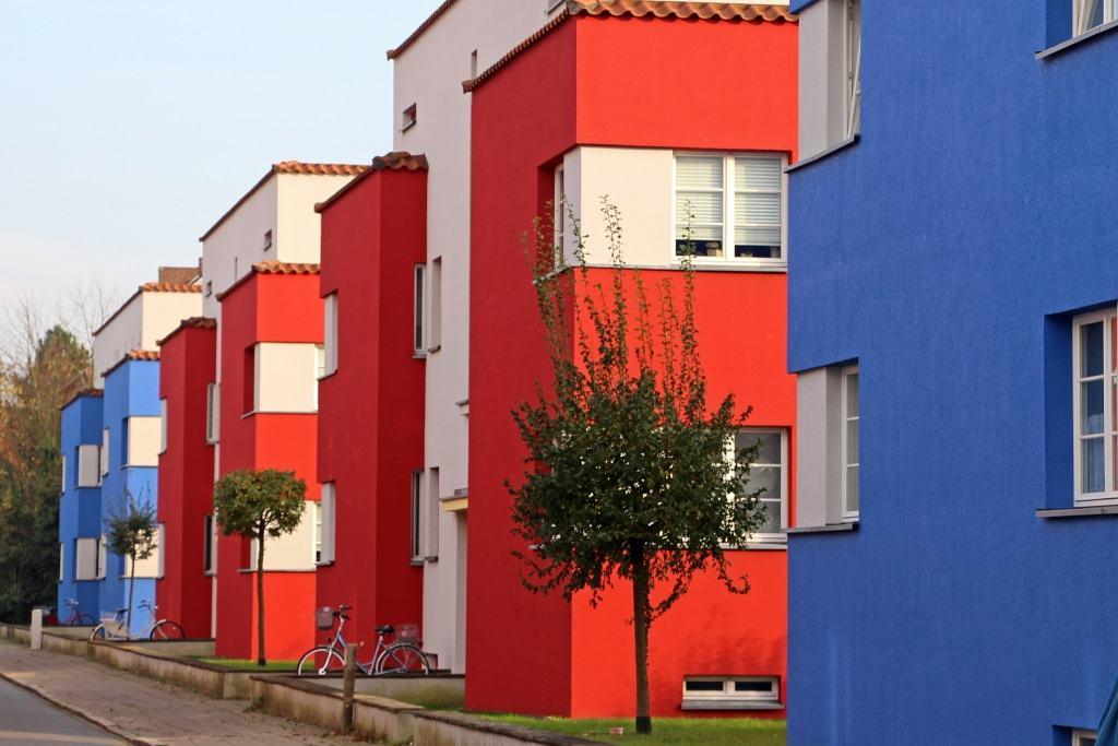 """Wiederhergestellt wurde die ursprüngliche blau-rot-graue farbliche Gestaltung der Fassaden in der Siedlung """"Itallienischer Garten"""". ©CTM GmbH; <a itemprop=""""url"""" href=""""http://www.celle-tourismus.de/"""" target=""""_blank"""" rel=""""noopener nofollow"""">➔www.celle-tourismus.de</a>"""