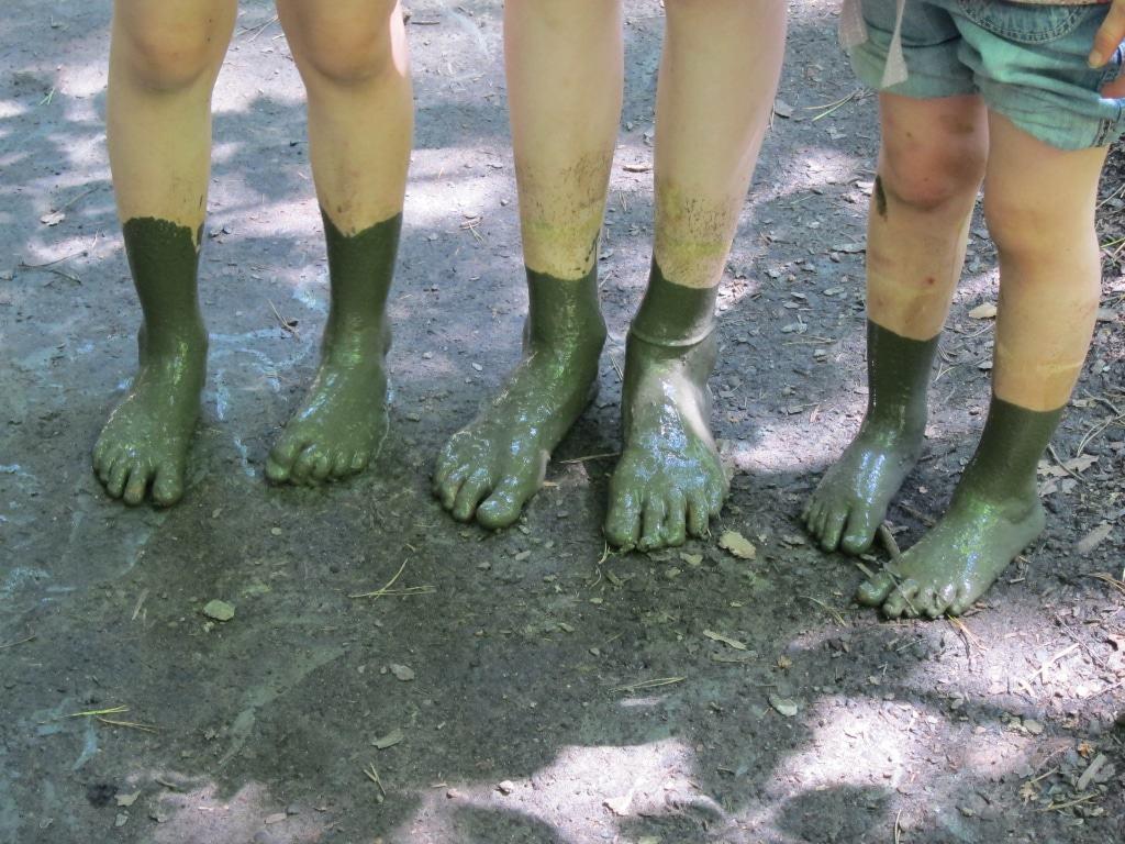 Schlammige Füße beim Besuch des Barfußparks in Egestorf