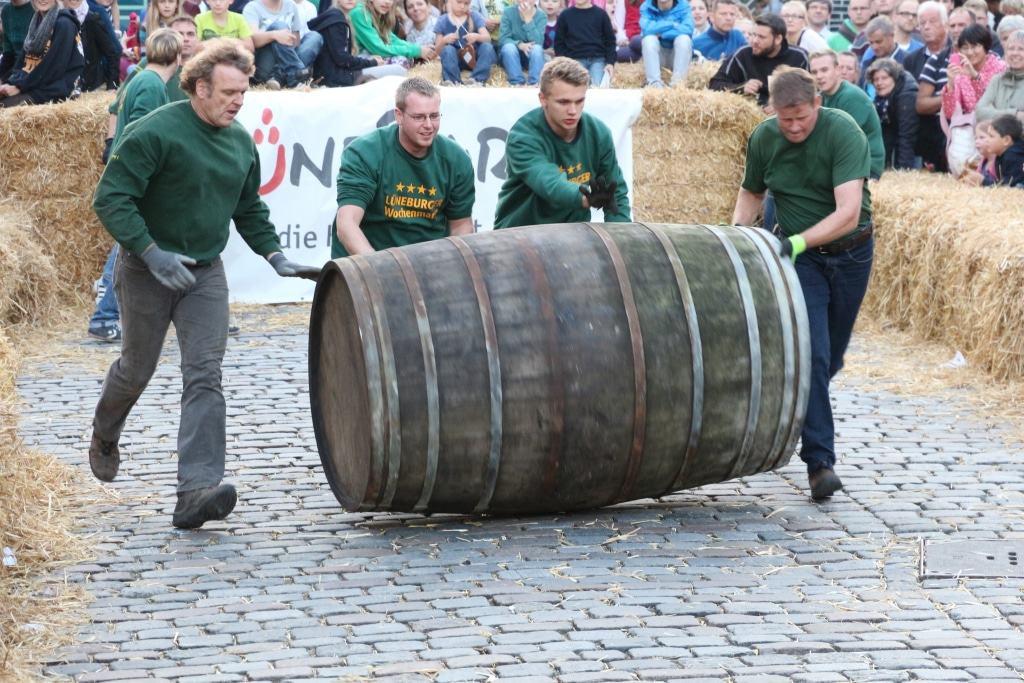 Die Mannschaft unter den Finalisten, die die Kope, ein großes Holzfass, am schnellsten über den Platz am Sande rollt, stellt den neuen Sülfmeister oder die neue Sülfmeisterin. Foto: Lüneburg Marketing GmbH