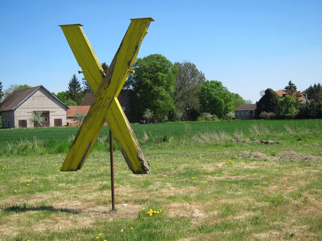 Gelbes Holz-X als Symbol des Widerstandes im Wendland
