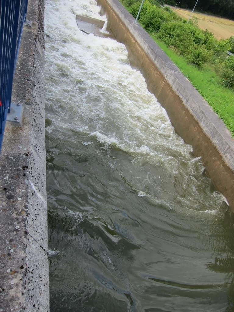 Das Wasser aus der Schleuse fließt in die Sparbecken.