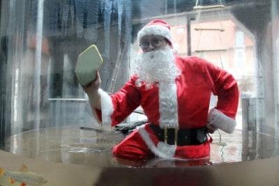 Tierpfleger Sven putzt ein Aquarium im Biosphaerium im Weihnachtsmannkostüm, Foto: Biosphaerium
