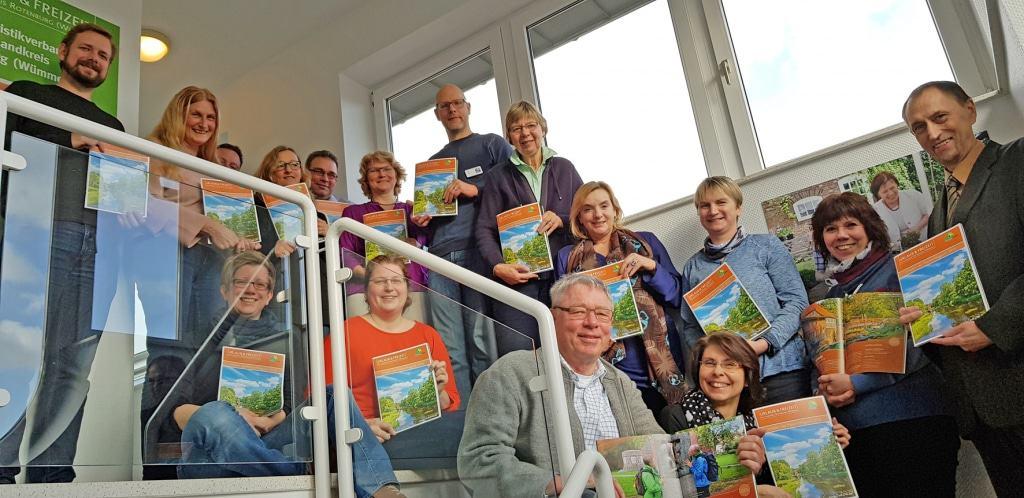 Touristiker aus dem Landkreis Rotenburg (Wümme) präsentieren das neue Magazin © TouROW
