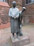 Uelzener Wahrzeichen an der St.-Marien-Kirche: Das Ulenköper-Denkmal