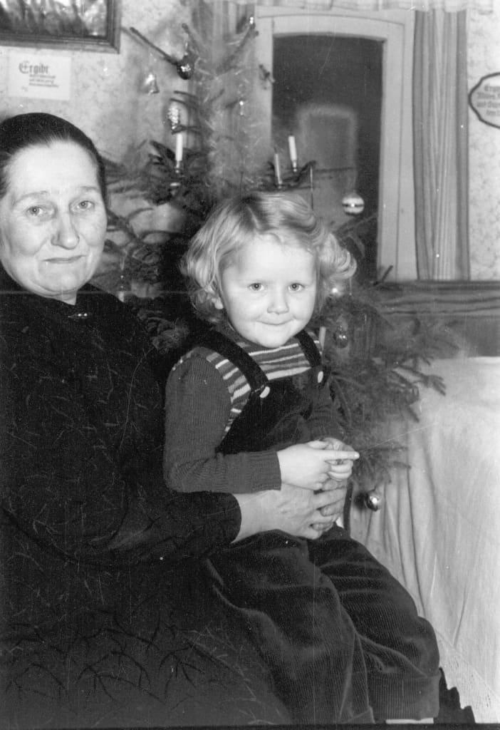 Weihnachten 1957, Großmutter mit Kind, Archiv FLMK