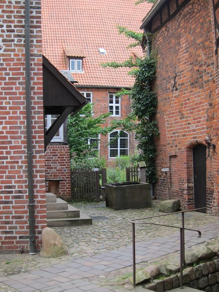 Zugang zu einem kleinen Innenhof mit Kräutergarten im Kloster Lüne in Lüneburg