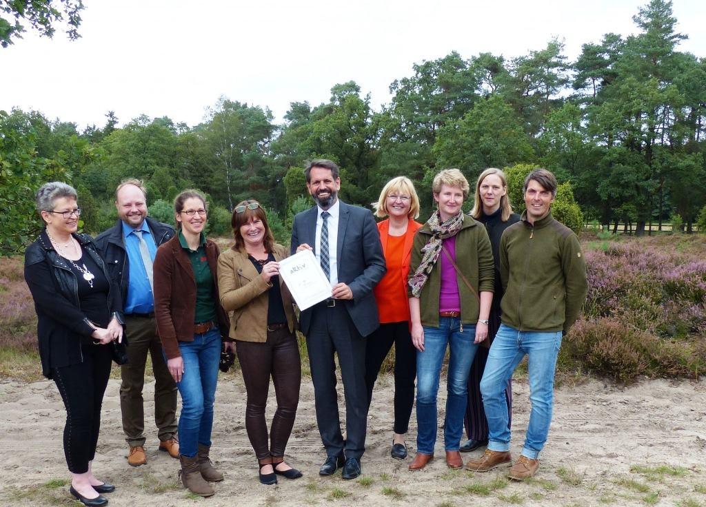 """Minister Lies überreicht symbolische Plakette an Netzwerk-Partner """"Aktiv für den Naturpark"""" Foto © Naturpark Lüneburger Heide eV"""