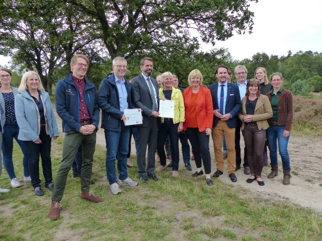 Zuwendung Naturparkplan – Minister Lies mit Vertretern aus Naturpark LH, Politik, Verwaltung, Lernorten Foto © Naturpark Lüneburger Heide eV
